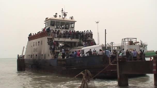 Gambie starý trajekt z Banjul do Barra v roce 2013
