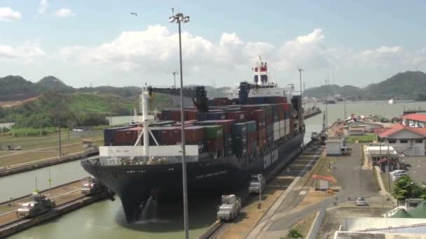 Velká loď vplouvá do zámků Panamského průplavu