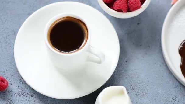 Schokoladen-Brownie-Kuchen, Lavakuchen oder Fondant mit Kaffee und Himbeeren. Leckeres süßes Essen