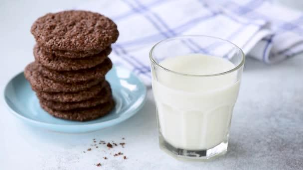 Odkolení čokoládového koláčku ve sklenici mléka