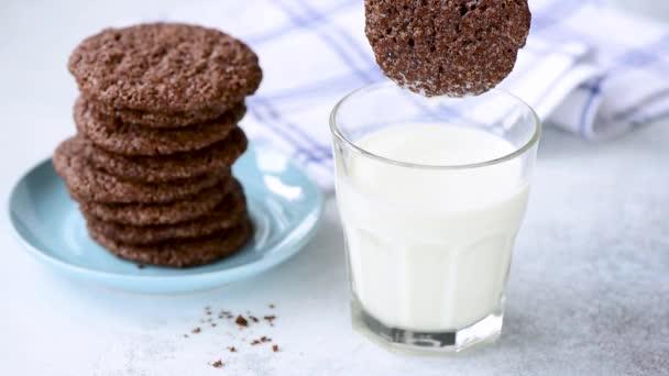 Čokoládový koláček odplení do sklenice mléčnou