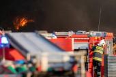Hasiči během působení silné hašení recyklační společnosti, Polsko, Szczecin