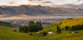 Liptovský Mikuláš na Slovensku. Panorama města, Liptovské jezero Mara obklopeno horami