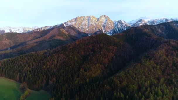 Letecký pohled na zelené kopce a hory pokryté sněhem na podzim. Giewont horský masiv v Tatrách v Polsku a panorama Zakopane