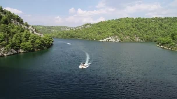 Letecký pohled na plachetnici nad tyrkysovou, vodní, Chorvatsko, Evropa. Týden vodních sportů a jachet ve Francii, Itálii, Monaku, Řecku a na Ibize. Středozemní krajina