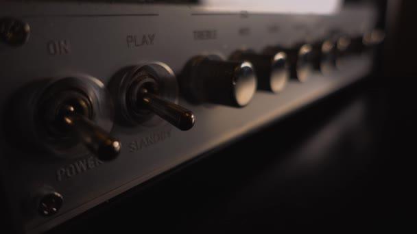 hangszergitár erősítő bekapcsolása és a hang beállítása: közelkép