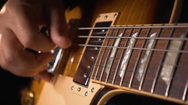 zenész gitározik a stúdióban