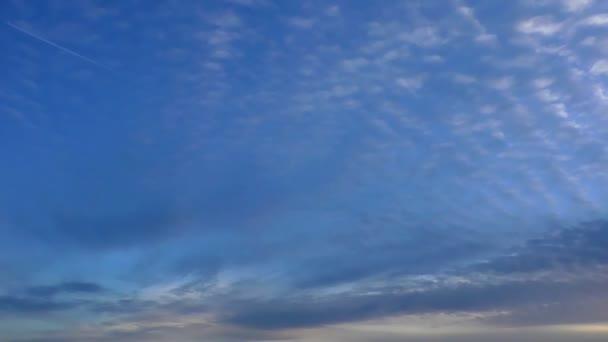 Mraky letící přes oblohu. Pozadí nebeských časových kol.