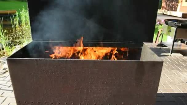 Grill tűzhely grillsütéshez. Nagy vas bbq főzés kívül.
