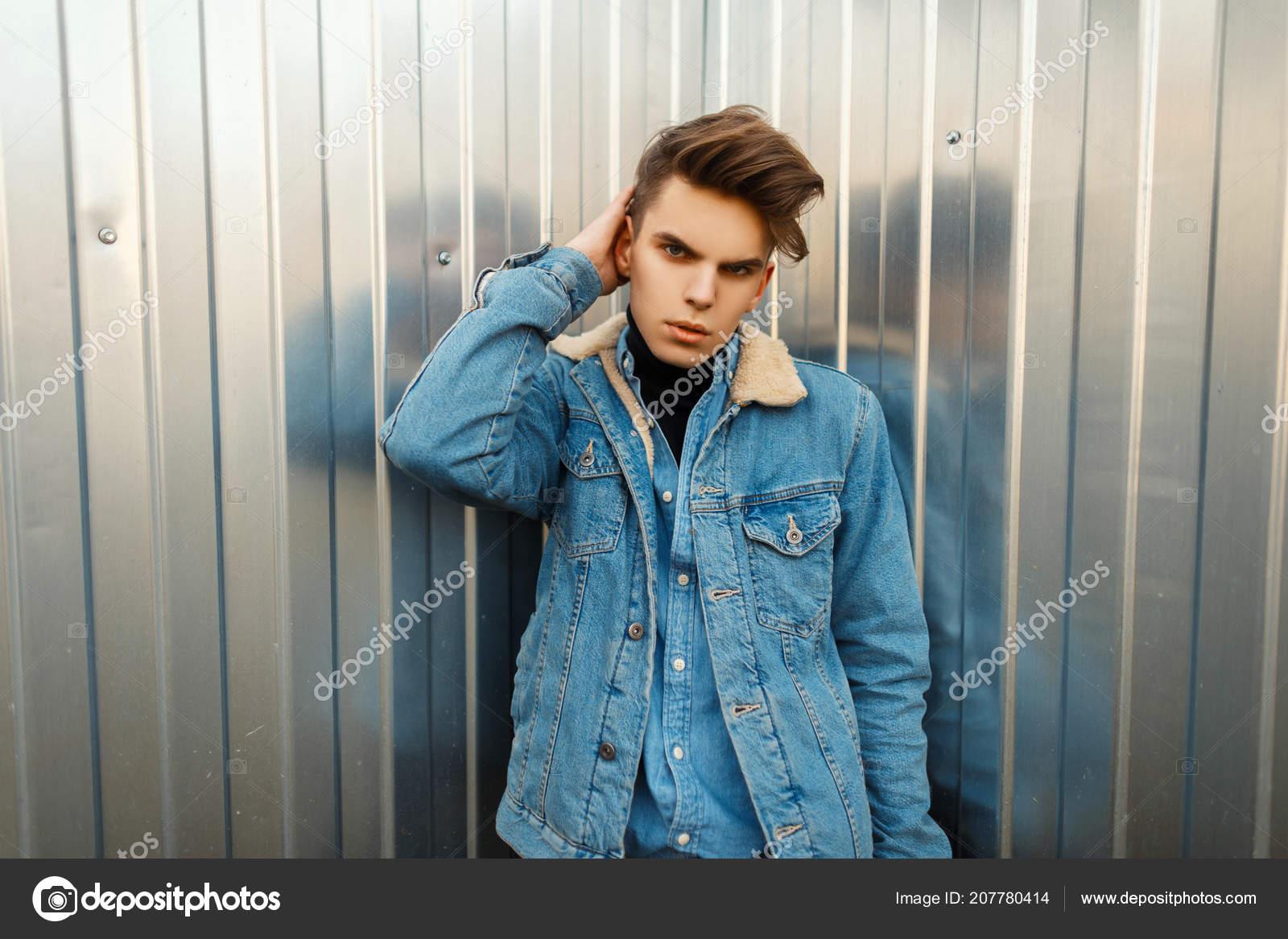 the best attitude eb8c3 2c931 Moda Uomo Elegante Con Una Pettinatura Una Giacca Jeans Alla ...