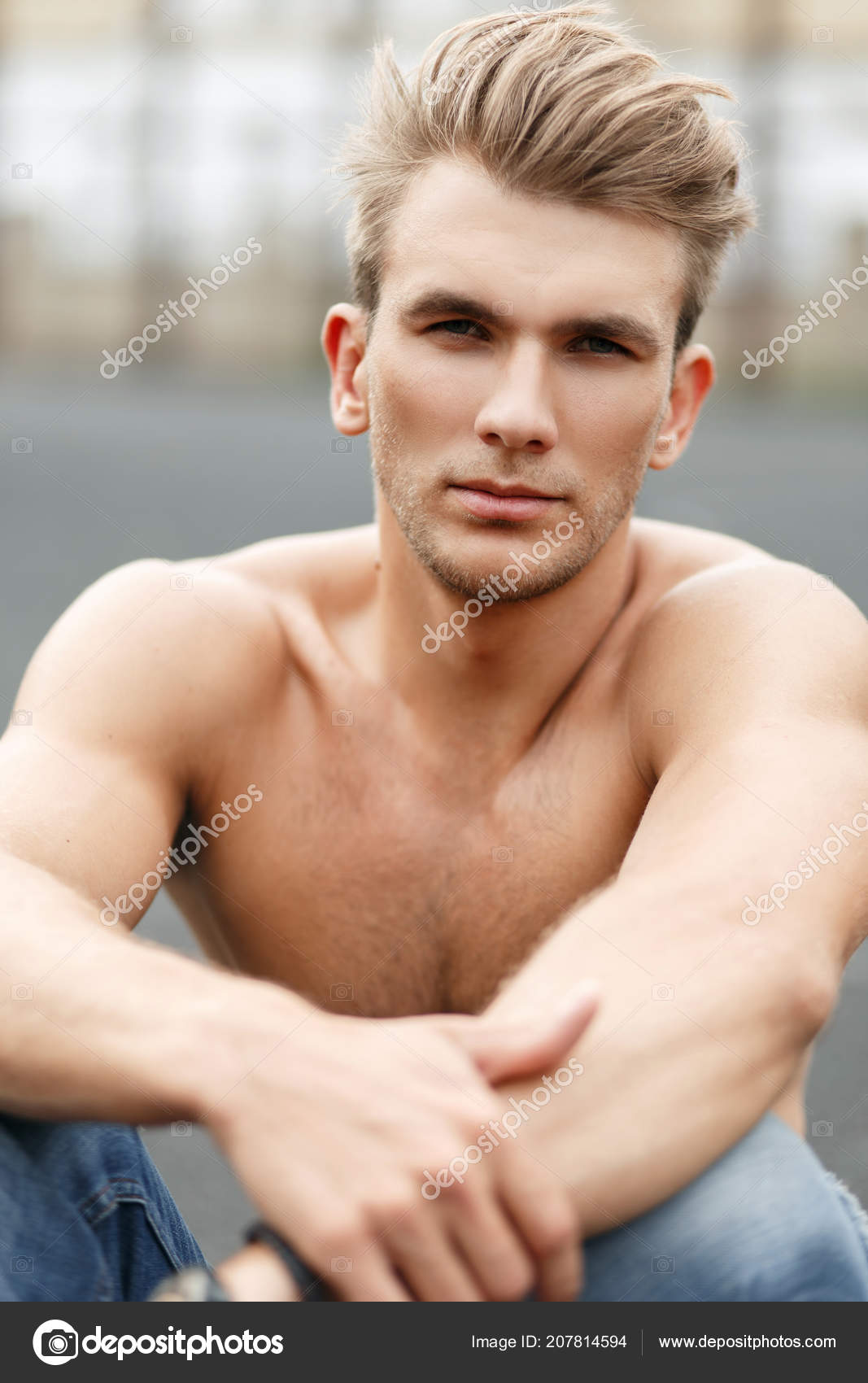 hübscher junger mann nackt