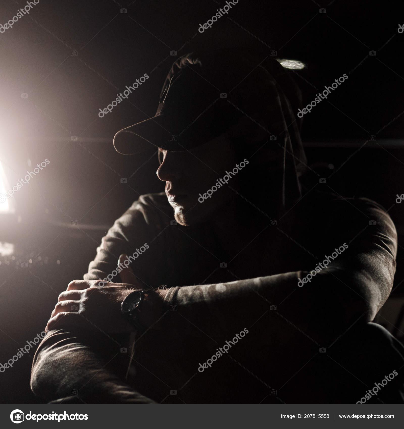 6fe42b5f19ad Hombre Joven Guapo Con Estilo Casquillo Negro Moda Con Una — Fotos ...
