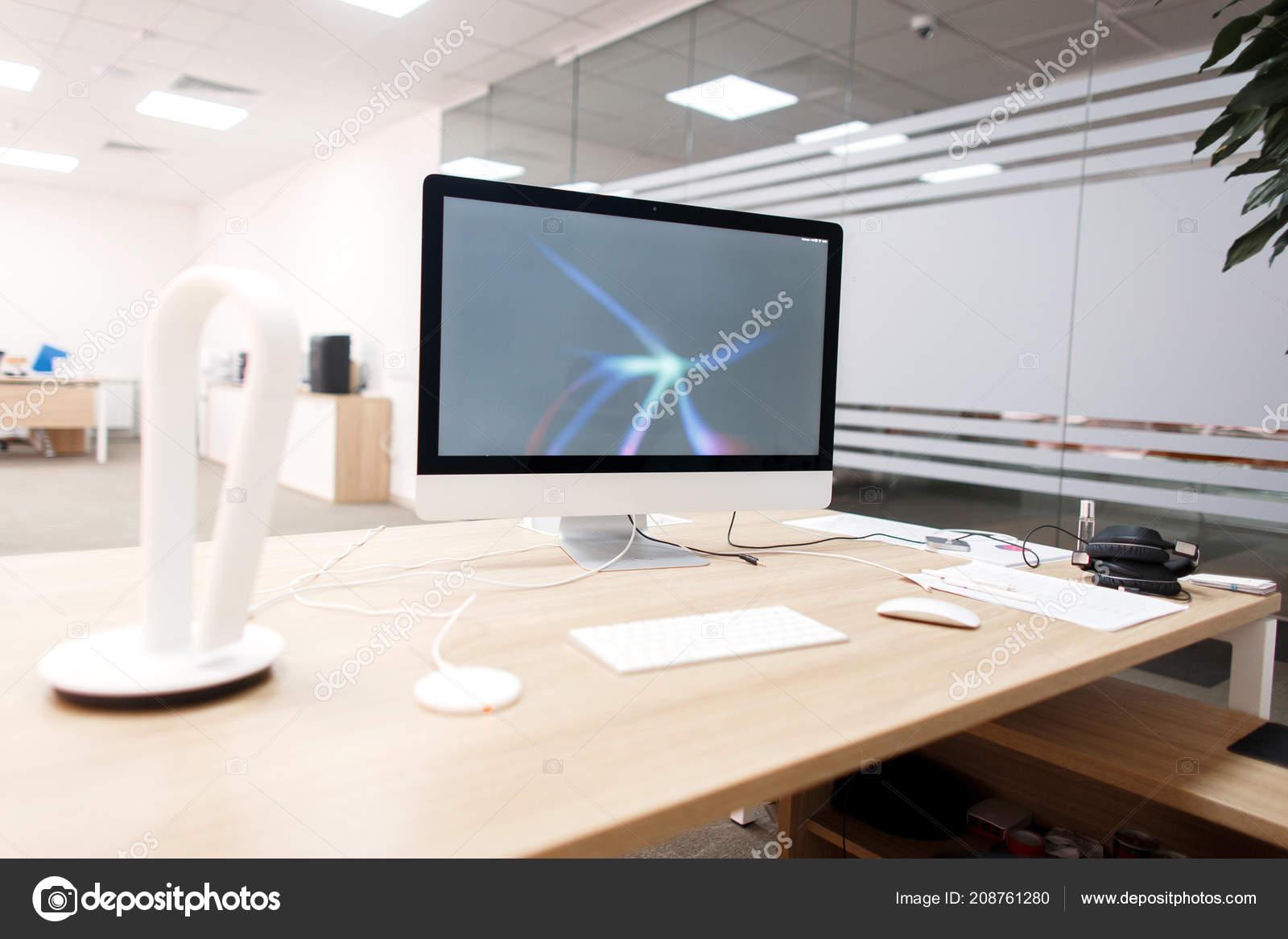 Milieu travail créatif avec ordinateur sur tableau blanc bureau
