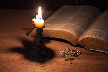 İncil, ahşap Haç ve mumlar