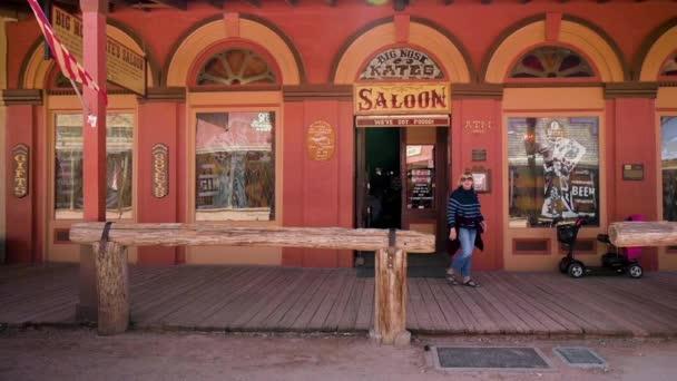 Eine Touristin spaziert aus dem berühmten Big Nose Kate Saloon