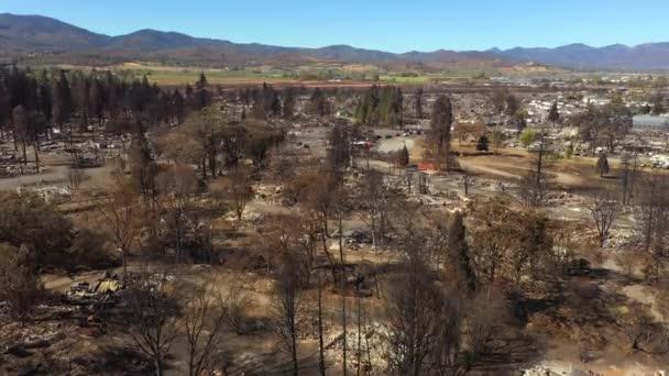 Mérföldnyi felgyújtott városi terület és házak Oregonban a futótűztől. Drónklipsz.