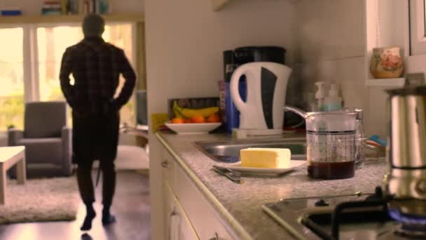 Dospělí dělat keto kávu s máslem a MCT olej doma