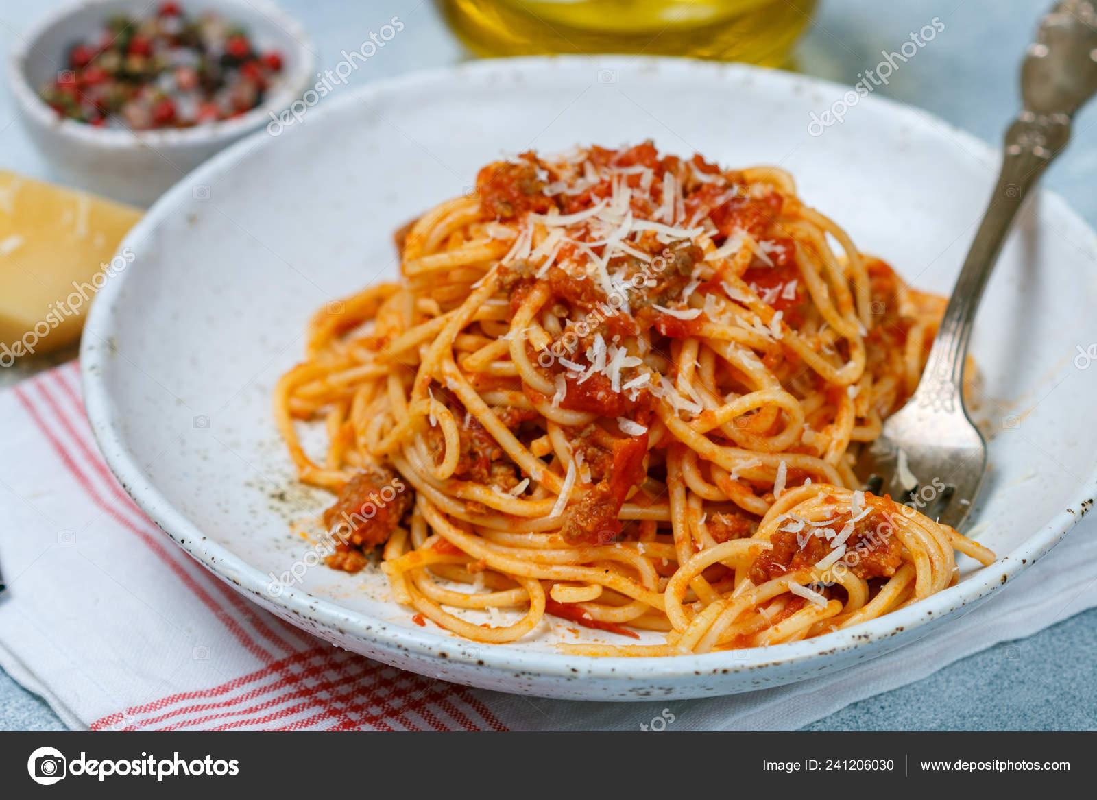 Nudeln Mit Tomatensauce Fleisch Kase Und Gewurzen Mittagessen Oder Abendessen Stockfoto C La Vanda 241206030