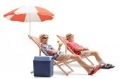 Starší turisté relaxační lehátka izolovaných na bílém pozadí
