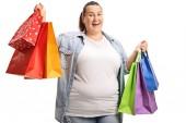 Fotografie Happy plus velikost ženy držící nákupní tašky izolovaných na bílém pozadí
