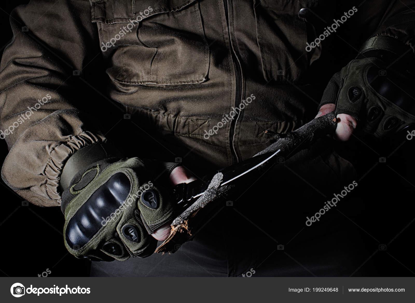 71998c1ec3ae Egy Férfi Akit Barna Taktikai Felszerelés Kabát Használja Kést Hogy– stock  kép