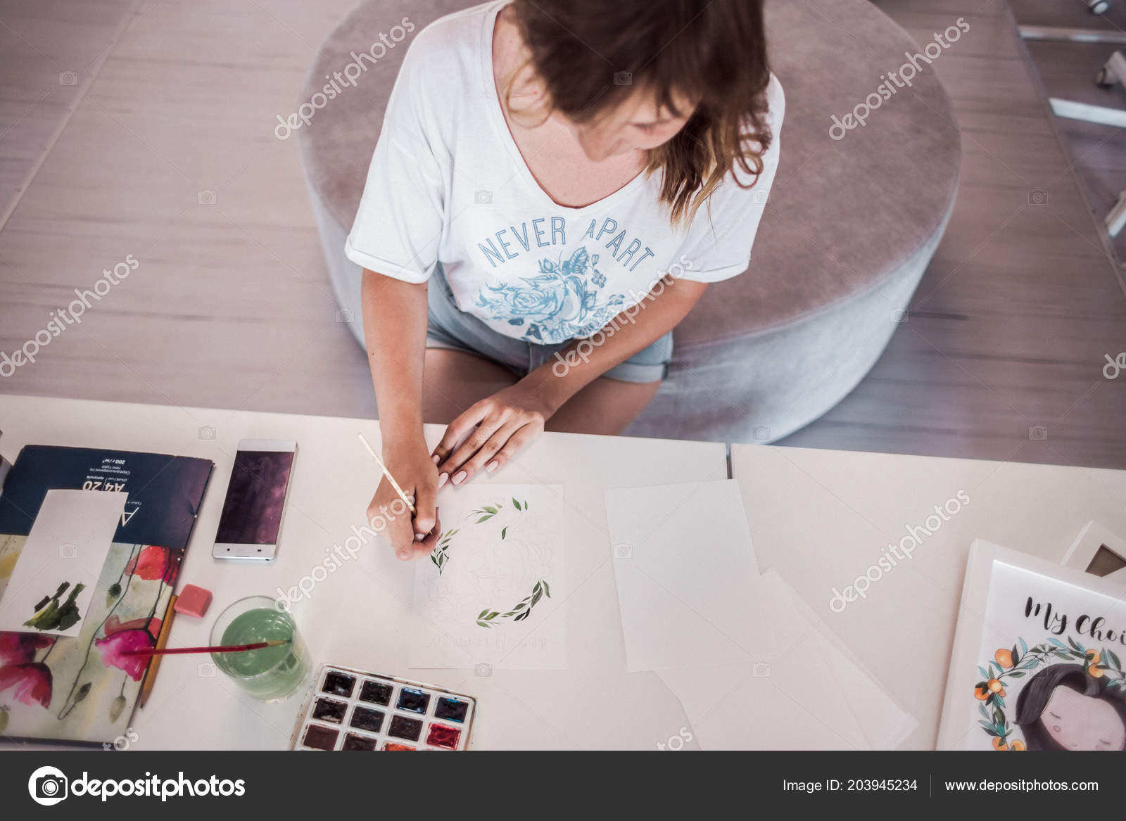 Bella creativo pittore dipinge un quadro pittoresco primo piano