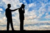 Fotografia Una silhouette di un uomo moralmente supporta un uomo triste. Il concetto di supporto e aiuto alle persone