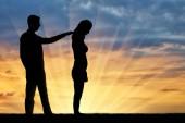 Fotografia Una silhouette di un uomo moralmente supporta una donna triste. Il concetto di supporto e aiuto alle persone