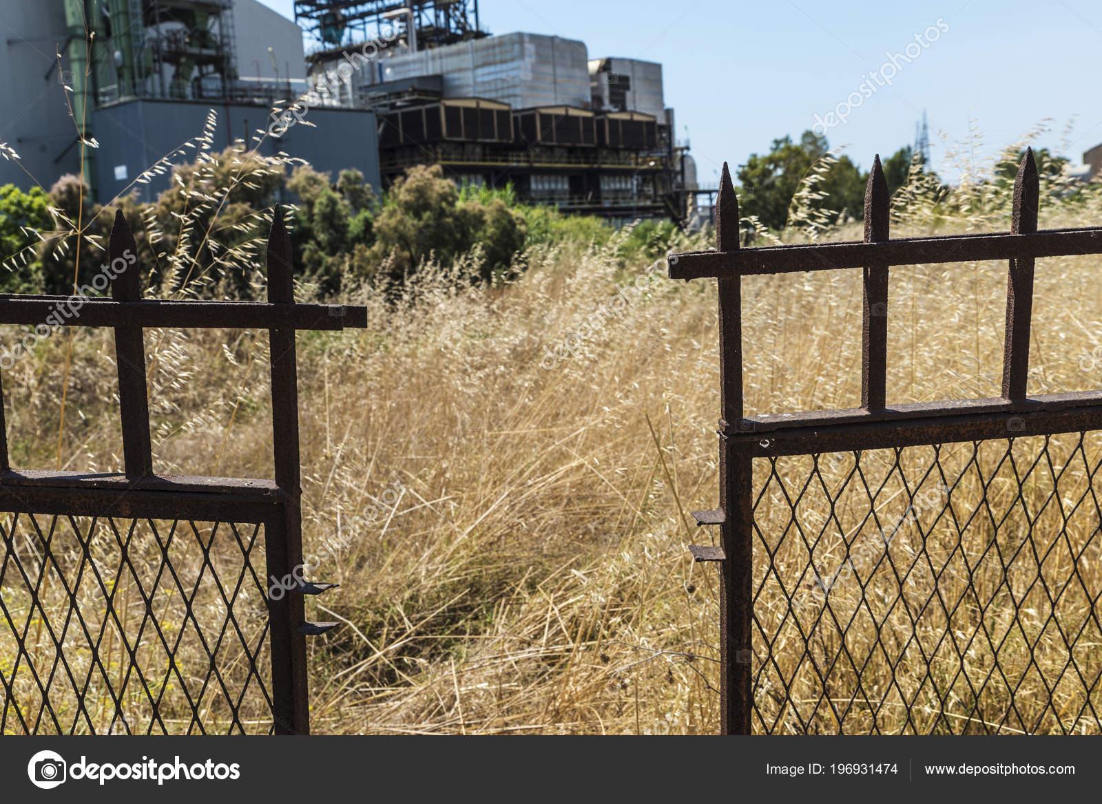 Verrostet Und Spitzen Metall Zaun Rund Eine Verlassene Raffinerie
