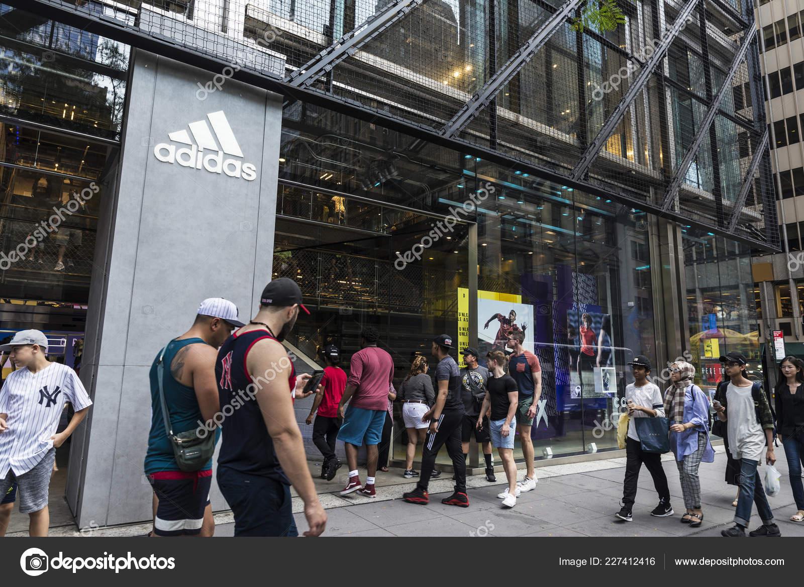 Ciudad Nueva York Estados Unidos Julio 2018 Adidas Artículos Deporte ... a7e389088ffed
