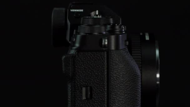 TOMSK, RUSSLAND - 28. Mai 2020: FUJIFILM X-T4 Karosserie mit Fringer ef-fx proII Adapter auf schwarzem Drehstativ, schwarzer Hintergrund