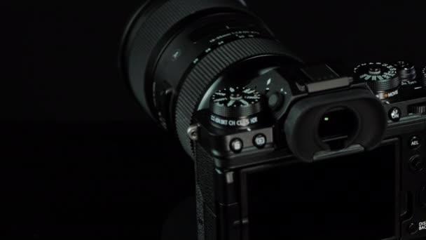 TOMSK, RUSSLAND - 28. Mai 2020: FUJIFILM X-T4 Karosserie mit Fringer ef-fx proII Adapter und Sigma 18-35 auf schwarzem Drehstativ, schwarzer Hintergrund