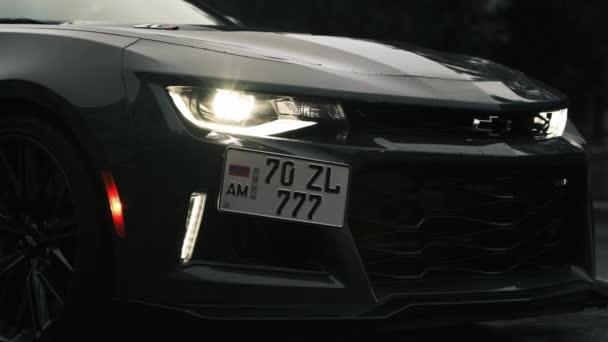 TOMSK, RUSKO - 2. června 2020: Chevrolet Camaro ZL1 přední část vozu je velká