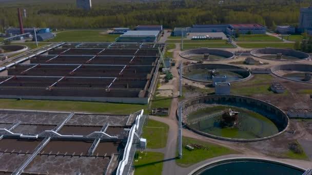 Luftaufnahme von Behandlungseinrichtungen. Pumpwerk und Trinkwasserversorgung. Industrielle und städtische Wasseraufbereitung für eine Großstadt. Iloskreb für runde Sedimentationsbecken.