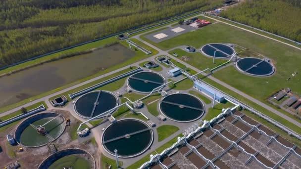 Wasseraufbereitungsanlagen. Iloskreb für runde Sedimentationsbecken. Radialer Primärsumpf. Iloskreb-Sedimentationsbecken von Kläranlagen. Wasserkanal.