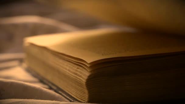 Otočit listy staré vinobraní knihy detailní záběr ležící na rovném povrchu.