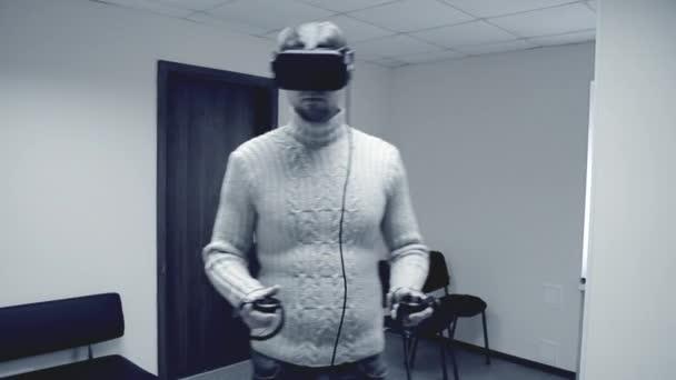 Mann im Virtual-Reality-Headset spielt im Büro ein Spiel.