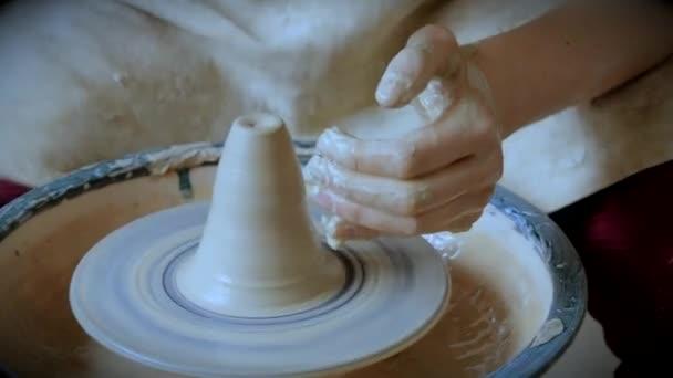 Frauenmädchen ihre Hände dub Wandkrug, Skulpturen aus Ton auf Kreis.