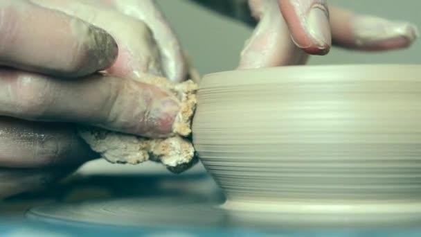 Žena dívka ruce dub zeď džbán, modeluje z hlíny na kruh