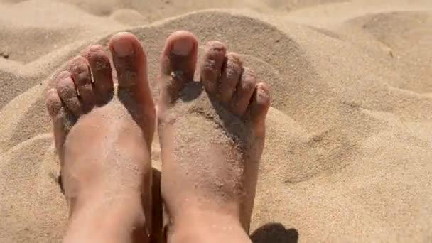 Két lábon egy kaukázusi lány nő élvezi a fehér homok az óceán tenger homokos strandján egy forró nyári nap Vértes