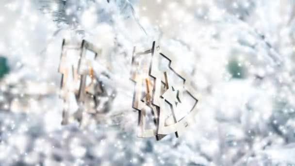 Karácsonyfa dekoráció játékok, és a hóval borított karácsonyfa ágai