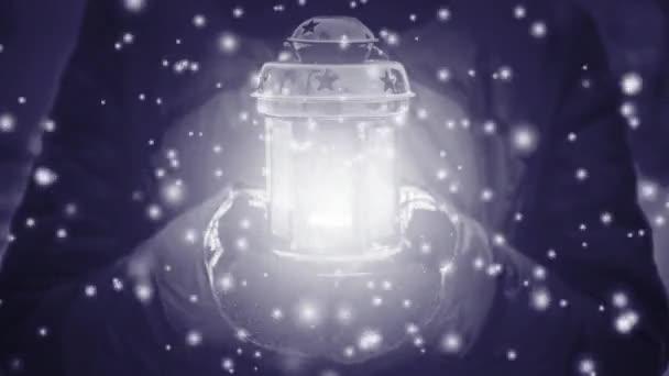Női gazdaság piros gyertya lámpa sárga világító fény télen