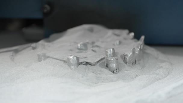 Dolní tiskové platformy s objektem vytištěné na 3d tiskárně na kov