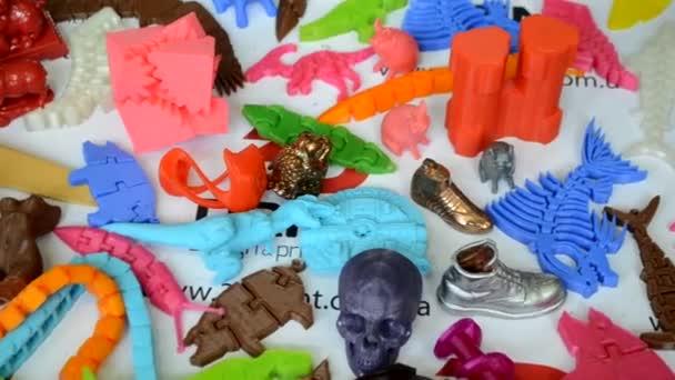 Modelle von 3D-Drucker ausgedruckt. Leuchtend bunte Objekte auf einem 3d Drucker gedruckt