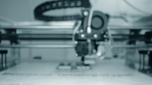 3D tiskárna pracuje zblízka. Rozmazané pozadí