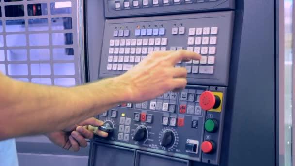 Ember dolgozik a Vezérlőpult együttműködik egy ipari gép gyári