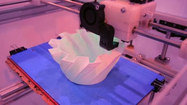 Automatické tří dimenzionální 3d tiskárna provádí plast.