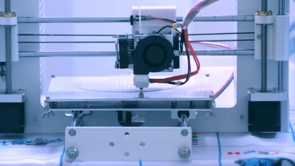 Automatische drei dimensionale 3D-Drucker führt Kunststoff.