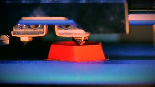 Objekte von 3D-Drucker ausgedruckt. Fused Deposition modeling-Fdm. Progressive modernen Additiven-Technologie. Konzept 4.0 industrielle Revolution. Automatische 3d Drucker führt plastischen Modellierung im Labor.