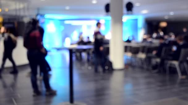 Viele Menschen sitzen im Saal und hören Vortrag